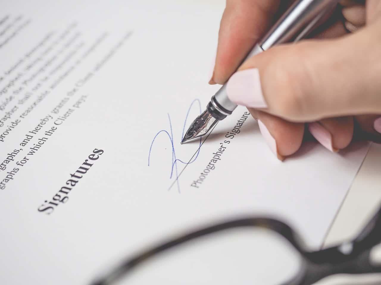 Skriver på ett kontrakt
